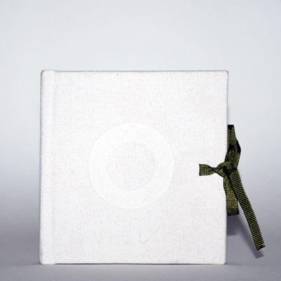 Libro blanco con aro, 2014. Acuarela y grafito sobre papel, 10 x 10 cm cerrado