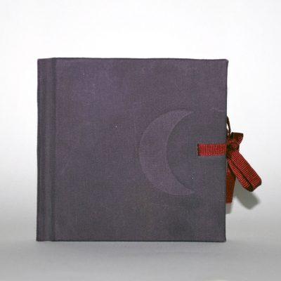 Libro violeta con luna, 2014. Acuarela sobre papel, 10 x 10 cm cerrado