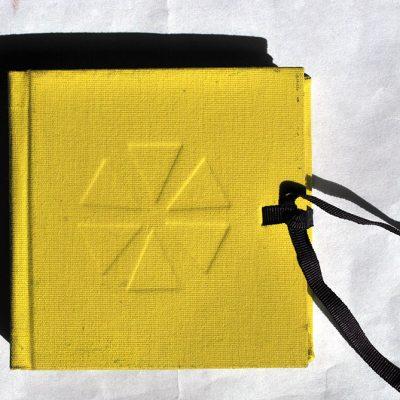 Libro amarillo limón con 6 triángulos. Brasil - Bs. As. - Córdoba, 2014/15. Acuarela sobre papel, 10 x 10 cm cerrado