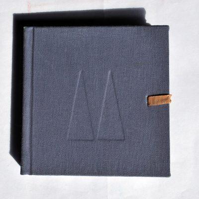 Libro lila con dos triángulos, 2015. Acuarela sobre papel, 10 x 10 cm cerrado